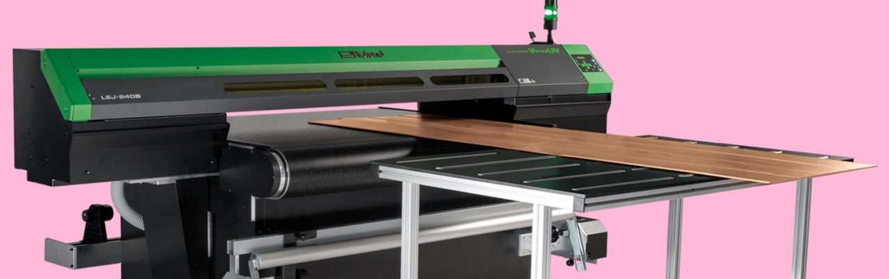 VersaUV série S à tapis convoyeur avec table incluse imprimant des supports rigides